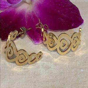 Jewelry - New gold tone multi heart earrings